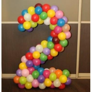 Цифра 2 из шаров на каркасе цветная